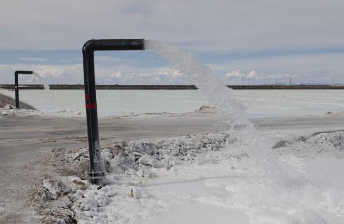 La salmuera se bombea a piscinas de evaporación industrial dentro de una instalación estatal de producción de litio en el Salar de Uyuni en Potosí, Bolivia, el 11 de diciembre de 2019. Fotógrafo: Carlos Becerra / Bloomberg