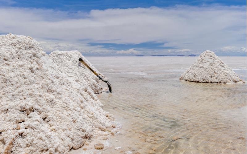 El Salar de Uyuni en Bolivia es el recurso de litio más grande del mundo y es visible desde el espacio.