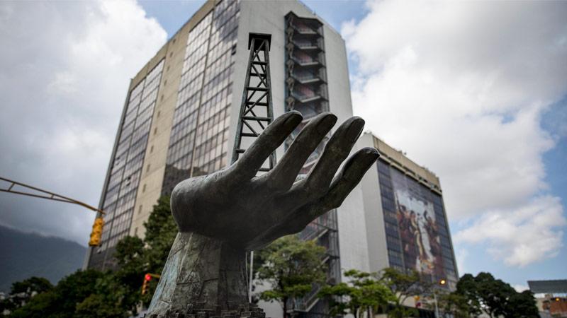Escultura frente a la sede principal de la compañía estatal Petróleos de Venezuela en Caracas.